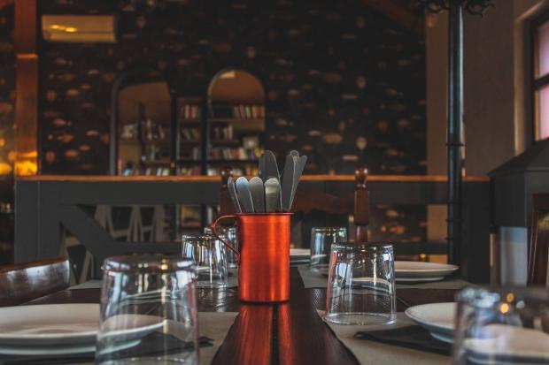 tavolo-con-posate-e-bicchieri